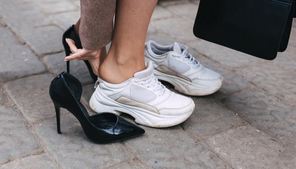 NEDERLAG: De fleste kvinner har en eller annen gang sett seg nødt til å bytte til et mer behagelig par sko på grunn av gnagsår. FOTO: NTB Scanpix