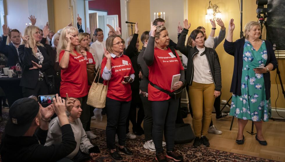 RAKK OPP HÅNDEN: Publikum fikk spørsmål om de kjente noen som hadde begått selvmord, eller prøvd å begå selvmord, og nesten samtlige i publikum rakk opp hånden - også statsminister Erna Solberg. FOTO: NTB Scanpix