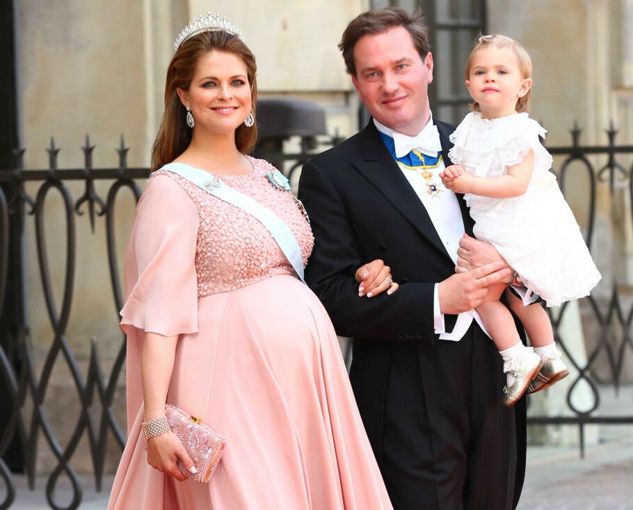 <strong>HØYGRAVID:</strong> To dager etter at dette bildet ble tatt av høygravide prinsesse Madeleine, ektemannen Chris O'Neill og datteren prinsesse Leonore, fødte hun sønnen prins Nicolas. I et ferskt og åpenhjertig intervju forteller den svenske prinsessen at hun var redd for at vannet skulle gå i storebror prins Carl Philips bryllup 13. juni 2015. FOTO: NTB Scanpix