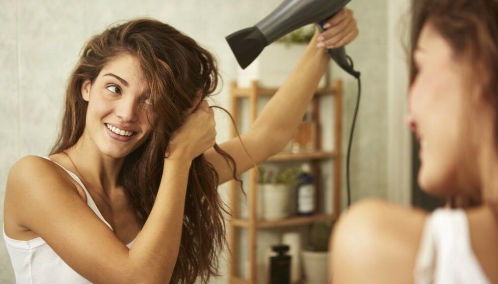 UNNGÅ FOR MYE VARME: Varmeverktøy kan gi termiske skader og gjøre at håret ser tørt og matt ut, sier ekspert. FOTO: Shutterstock
