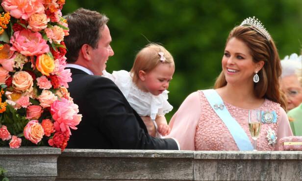 SMILTE TAPPERT: Til tross for at terminen var rett rundt hjørnet, stilte prinsesse Madeleine opp i bryllupet til storebror prins Carl Philip i 2015. To dager etter bryllupet ble prins Nicolas født. FOTO: NTB Scanpix