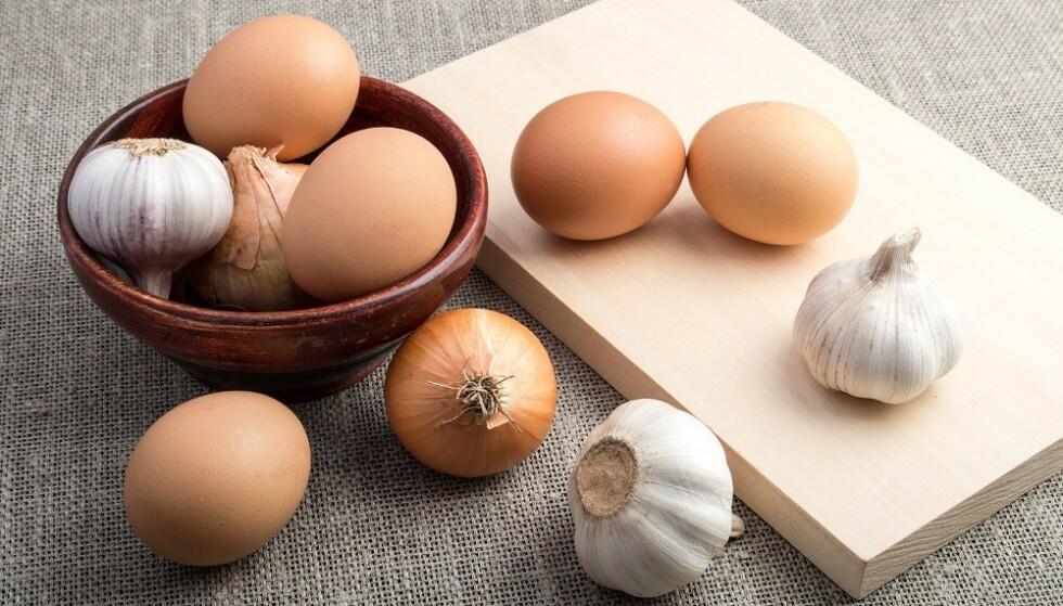 TAR TIL SEG LUKT: Om du plasserer egg og hvitløk nær hverandre, kan egget få en bismak. FOTO: Shutterstock