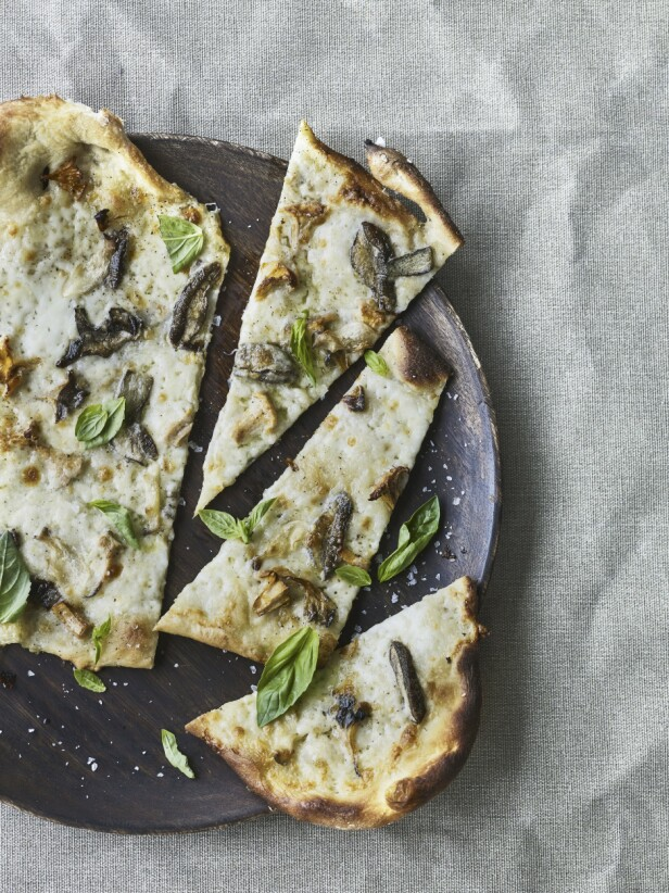 Pizza med hvit bunn passer perfekt til soppfyll! Tips! Bruk fersk mozzarella, det gjør pizzaen ekstra saftig. FOTO: All over press