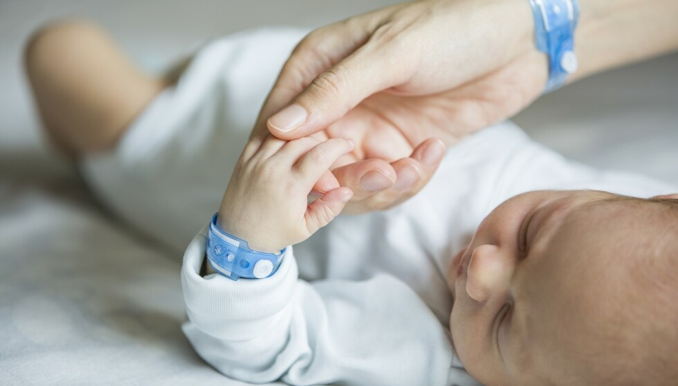 FØDE ALENE: Mens de fleste kvinner velger å ha med seg partneren eller en annen nær person under fødselen, velger andre kvinner å føde med kun helsepersonell til stede. FOTO: NTB Scanpix