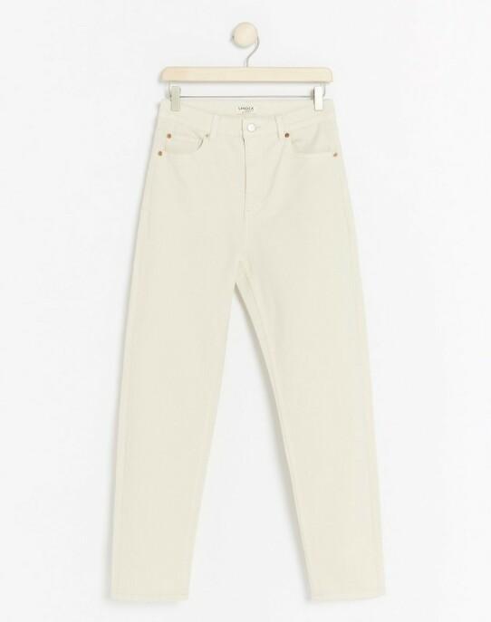 Bukse  | Lindex | https://www.lindex.com/no/dame/underdeler/jeans/7890434/Hvit-jeans-med-hoeyt-liv?utm_source=aller&utm_medium=content&utm_content=ysm&utm_campaign=1911_woman-september