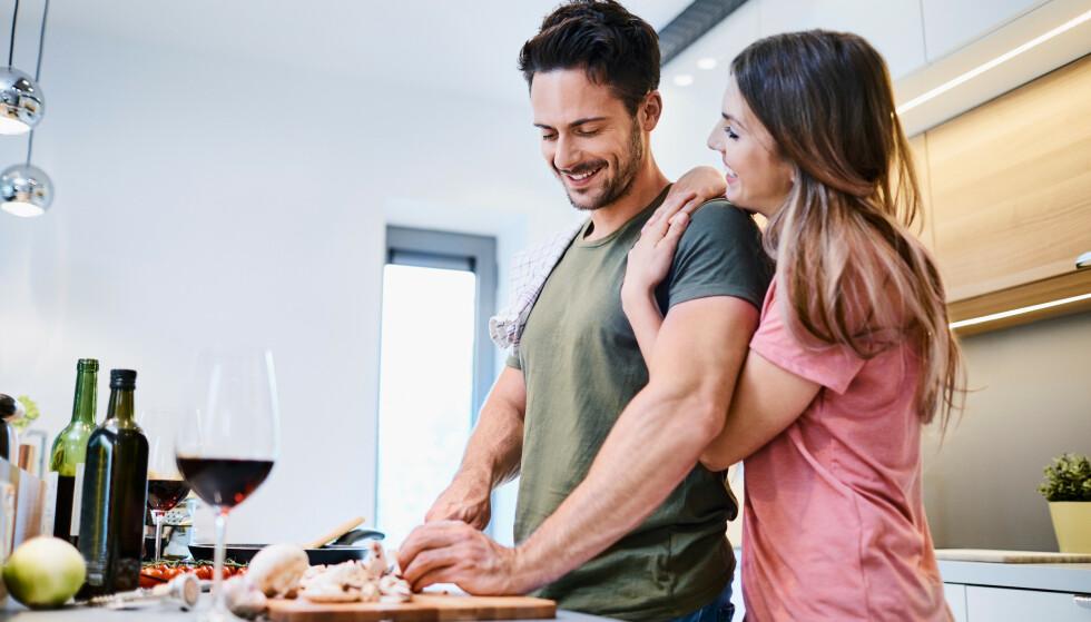 PARFORHOLD: – Dersom du synes det er viktigere å dokumentere den hyggelige, romantiske middagen, istedenfor å være der, ha øyekontakt og snakke med partneren din, vil det stort sett oppfattes som en avvisning. FOTO: NTB Scanpix