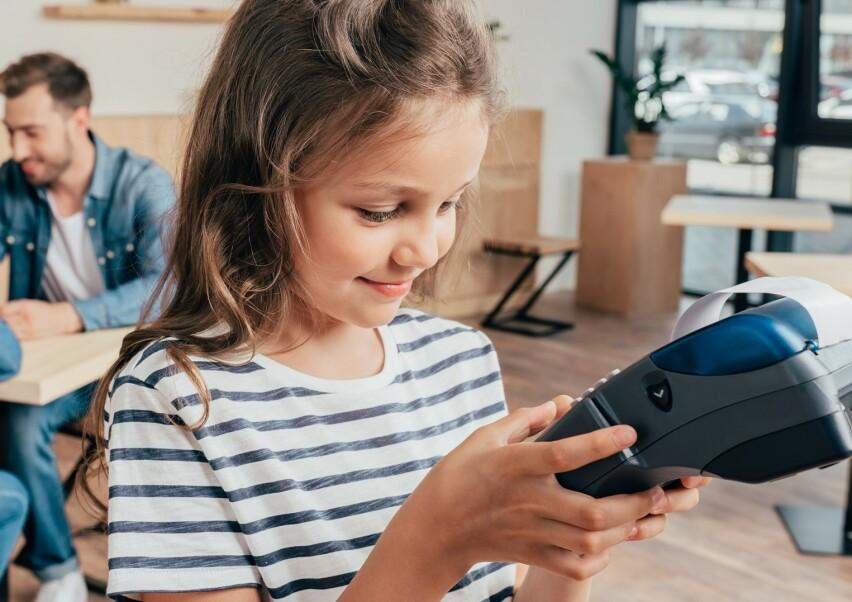 HVORDAN LÆRE BARN GODE ØKONOMISKE VANER: Å la barnet få lommepengene sine inn på et eget bankkort, er ett av rådene fra ekspertene. FOTO: NTB Scanpix