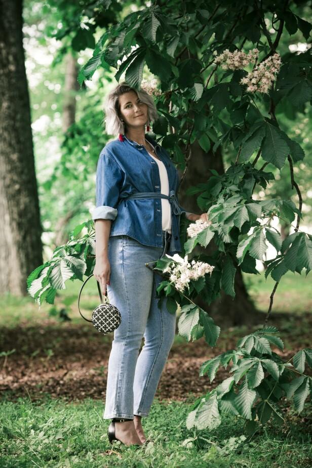 Olajakke (kr 1000, Inwear), topp (kr 1300, Sand), jeans (kr 400) og øredobber (kr 100, begge fra Kappahl), veske (kr 900, By Malene Birger) og høyhælte sandaler (kr 1500, Lille Vinkel Sko). Tips! Denim er alltid en slager, og kan gjerne brukes på over- og underdel samtidig. FOTO: Astrid Waller