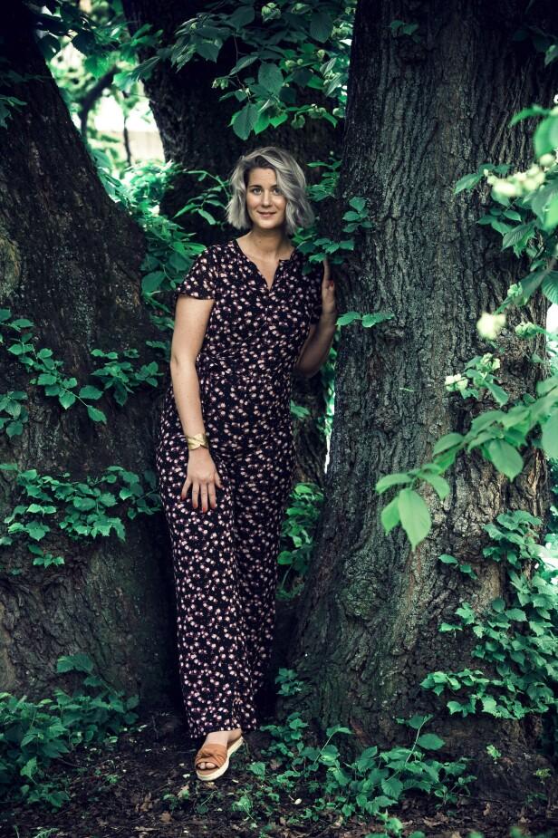 ETTER: Jumpsuit (kr 2600, Michael Kors), armbånd (kr 100) og sandaler (kr 200, begge fra Kappahl). Tips! En mønstrete buksedress gjør deg hverdagsfin på 1, 2, 3! FOTO: Astrid Waller