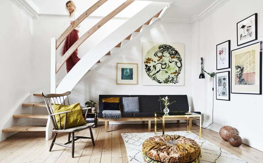 <strong>INTERIØR:</strong> Hvis du bryter møblenes stramme linjer med myke materialer, som for eksempel puter, får du rommet til å virke innbydende og koselig. FOTO: Lasse Wind