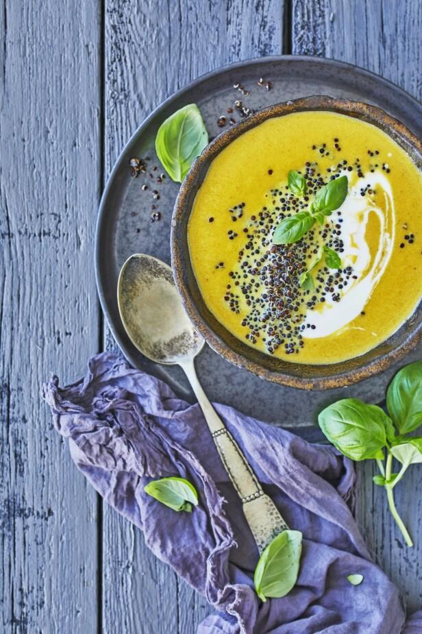 Quinoa er deilig topping til suppen, og metter godt. Tips! Linser eller andre typer quinoa kan erstatte den svarte quinoavarianten i suppen. FOTO: Winnie Methmann