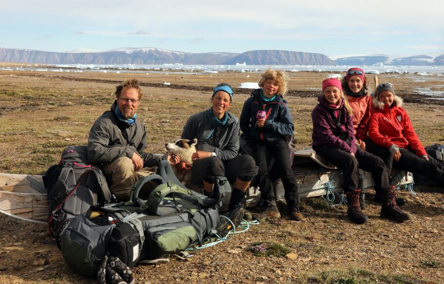 FAMILIE PÅ TUR: Pappa Lars, mamma Inger og barna Narve, Runa, Ida og Guro Krempig på Grønland. FOTO: TMM Produksjon / Storytelling Media