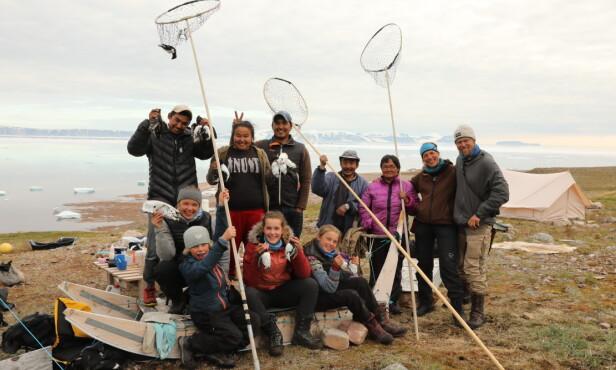 TETT PÅ: Familien Krempig fikk god kontakt med de lokale på Grønland. Dette bildet er tatt etter alkekongejakt. FOTO: TMM Produksjon / Storytelling Media