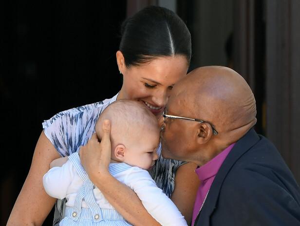 NÆRHET: Desmond Tutu kysser pannen til lille Archie. FOTO: NTB Scanpix