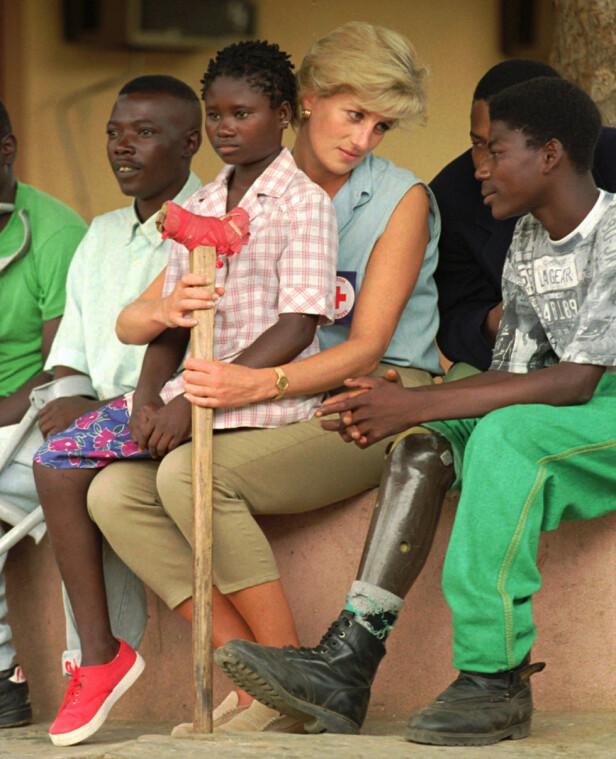 IKONISK: Syv måneder før sin død var prinsesse Diana på besøk i Angola, for å rette fokus mot landminer. Nå føler sønnen prins Harry i sin mors fotspor - og et av stoppene på turen er nettopp Angola. FOTO: NTB Scanpix