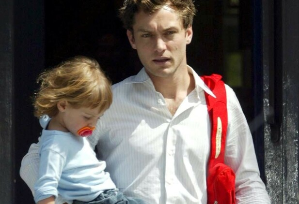 DEN GANG DA: En yngre Jude Law med datteren Iris på armen i 2003. FOTO: Scanpix
