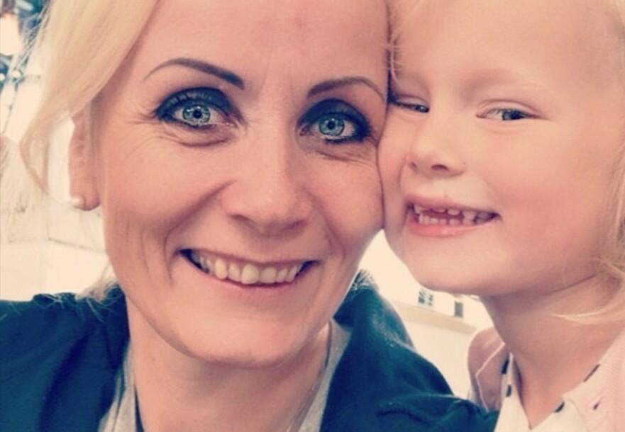 SMÅBARNSMOR I FØRTIÅRENE: Karen Beate har både fått oppleve hvordan det er å få barn i tyveårene og i førtiårene. FOTO: Privat