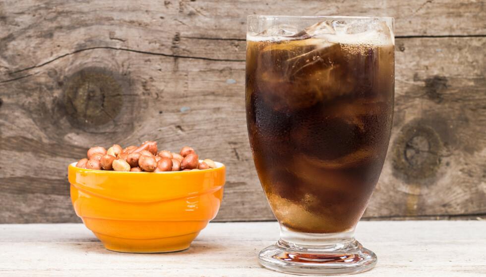 «Pollycola»: En håndfull peanøtter i glasset med iskald Coca Cola, anyone? FOTO: Scanpix