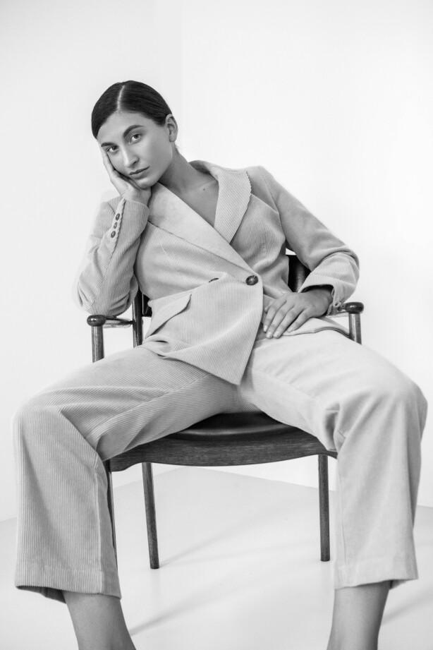 INGEN PLAGG SOM DRESSEN: Motejournalisten og Influenseren forteller at det for henne ikke finnes et like anvendelig plagg som dressen. Foto: Youna Baupoux.