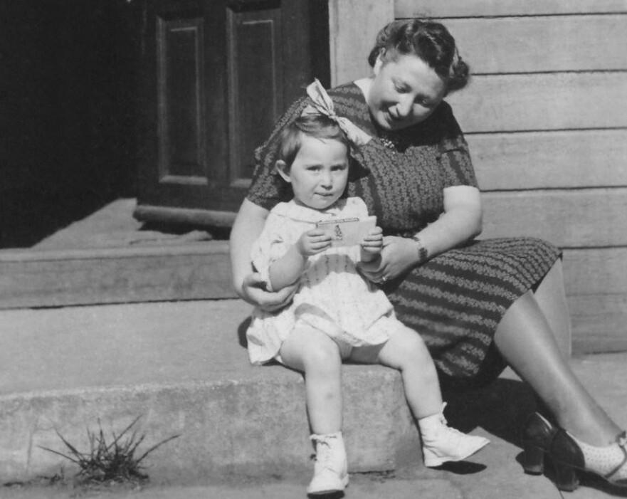 GASSET I HJEL: Ruth Sakolsky fra Tromsø, og moren Rebekka Sakolsky ble deportert til Auschwitz, og drept 3. mars 1943. Dette bildet er tatt den siste sommeren de hadde sammen. FOTO: Jødisk museum