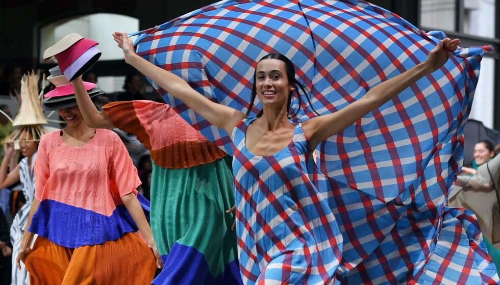 ISSEY MIYAKE: Designeren sparte ikke på kruttet under Paris Fashion Week. Foto: NTB Scanpix