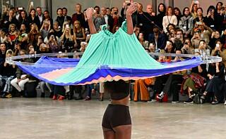 Svevende kjoler får gjestene til å måpe