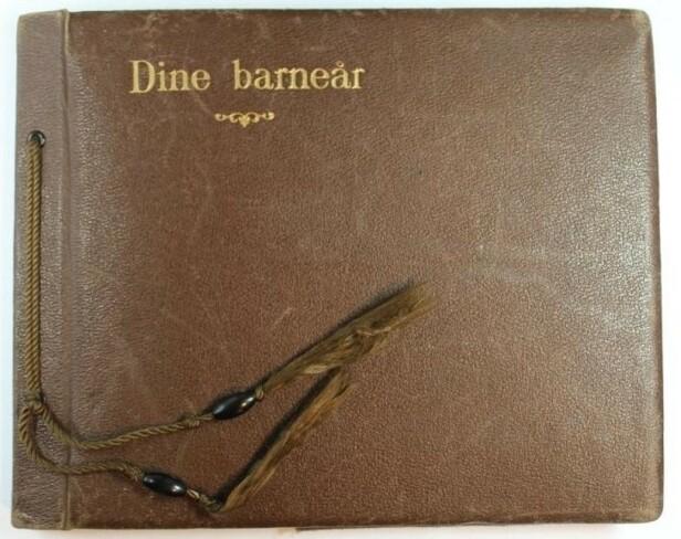 ALBUMET: Dette albumet ble gitt til Ruth på ettårsdagen i juli 1941, av barnepiken Mossa. FOTO: Jødisk Museum