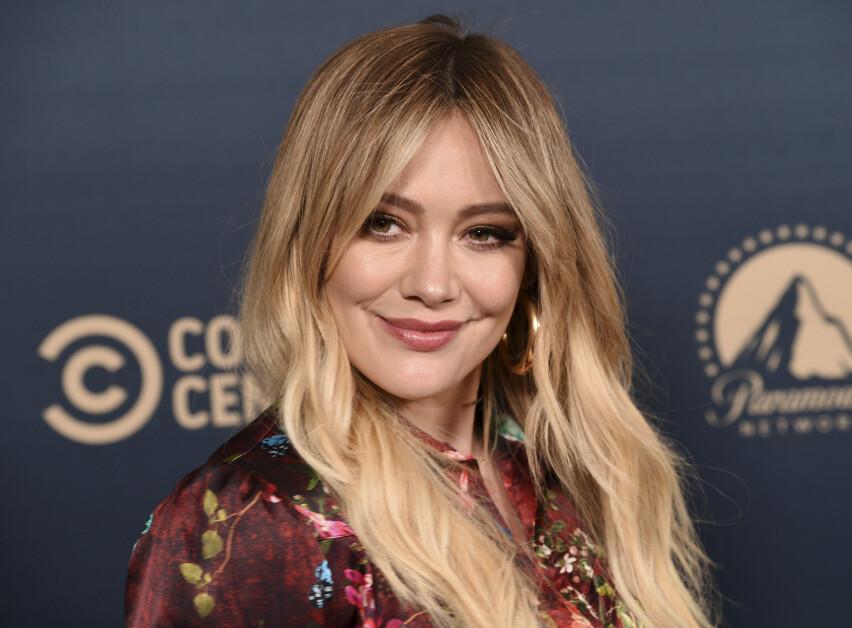 ÉN AV MANGE: Skuespiller og artist Hilary Duff er blant de kjente fjesene som har tatt et noe utradisjonelt valg etter fødsel... FOTO: Scanpix