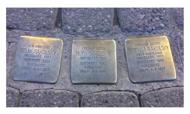 SNUBLESTEIN: I Strandgata 36 i Tromsø sentrum er det lagt ned tre snublesteiner for å minnes Ruth, Rebekka og Selik Sakolsky. FOTO: Malini Gaare Bjørnstad