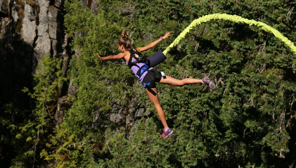 BUNGEE: Nei, i dette tilfellet skal du faktisk ikke stupe flere meter ned, men treningen er inspirert av det å hoppe i strikk. Foto: Scanpix