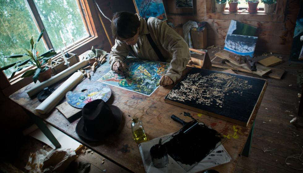 NATUR: Nikolai Astrup, her i Thure Lindhardts skikkelse, var svært opptatt av naturen og dens mystikk. FOTO: Norsk Filmdistribusjon / Handmade films in Norwegian Woods