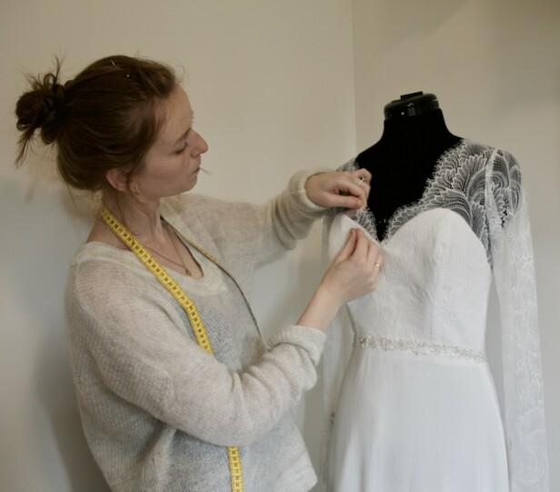 <strong>LAGER BRUDEKJOLER:</strong> En dag håper Rebekka på å kunne leve av å sy brudekjoler. Foto: Privat
