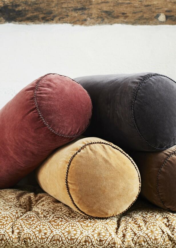 Nye puter er billig moro – og vi vil aller helst ha forskjellige former, størrelser og farger!   Pølleputer i fløyel fra Madam Stoltz (kr 350 per stk.) FOTO: Produsenten