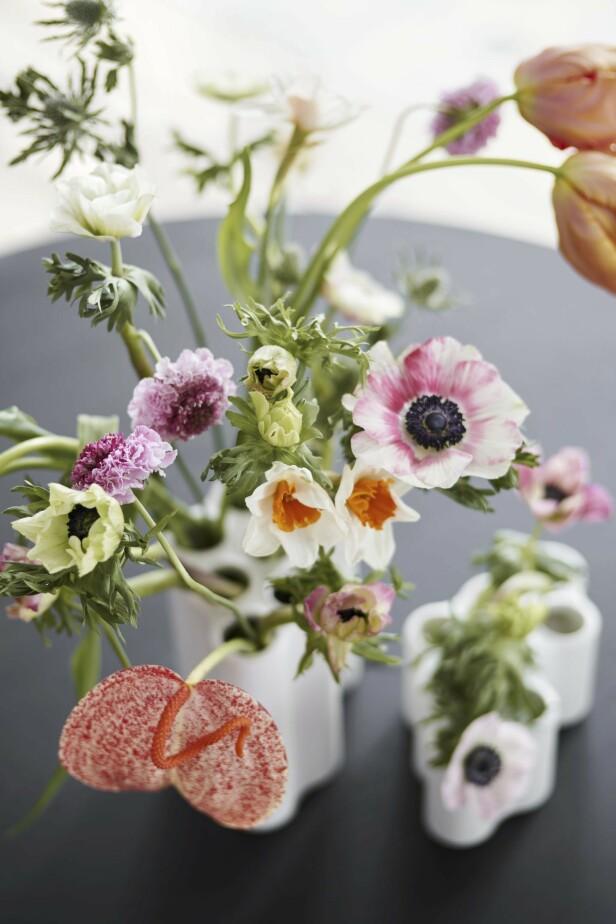 Vi sier aldri nei til vakre blomster i vakre vaser! «Nuage»-vase kommer i tre størrelser (fra kr 950, Vitra). FOTO: Produsenten