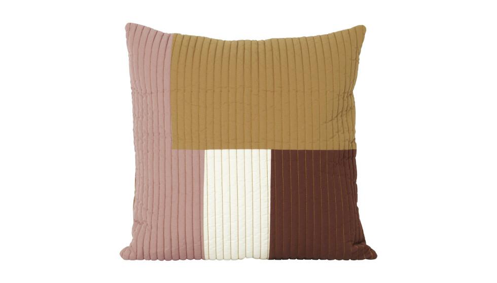 Patchworkpute blir som et kunstverk i sofaen (kr 800, Ferm Living). FOTO: Produsenten