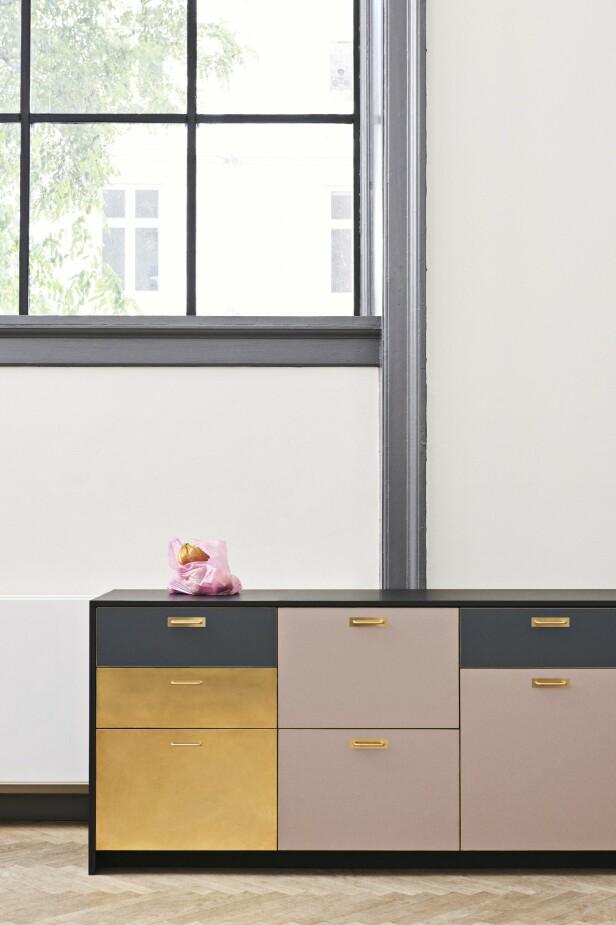 Har du Ikea- kjøkken og er klar for en fornyelse? Flere produsenter designer egne fronter og knotter til Ikeas møbler og skapstammer, så du kan skreddersy ditt eksisterende kjøkken etter egen smak. Her ses laminat- og messingfrontene «Chelsea» fra danske Reform. Pssst! Sjekk også ut disse produsentene som alle har spesialisert seg på oppfriskning av Ikea-kjøkken og -møbler: Ask og Eng, Helsingö, &Shufl, Noremax, Studio10 og Bemz (tekstiler). FOTO: Produsenten