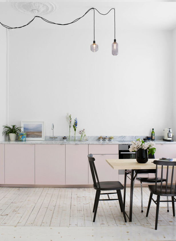 Også Superfront   produserer både fronter, håndtak, bein, sider og topper til Ikeas vanligste skapstammer. Som disse wow-frontene i dus rosa med messinghåndtak, som du må ut med i underkant av 10 000 kroner for. FOTO: Produsenten