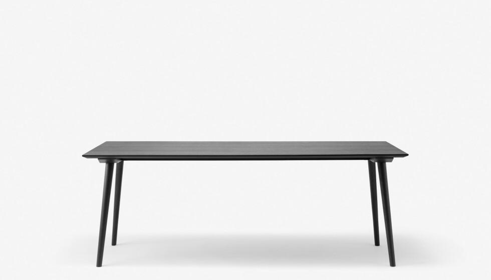 Hvor fint er ikke spisebordet «In Between» (kr 12 000, AndTradition). FOTO: Produsenten