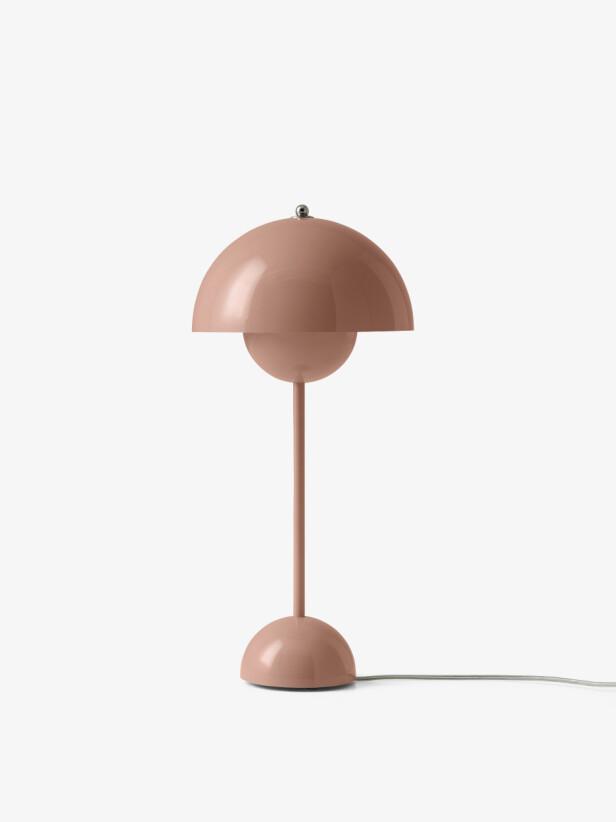 Rett som det er har man fortjent en ekstra fin nattbordlampe og kan fleske til med for eksempel Panton-klassikeren   «Flowerpot» (kr 2450, AndTradition). FOTO: Produsenten