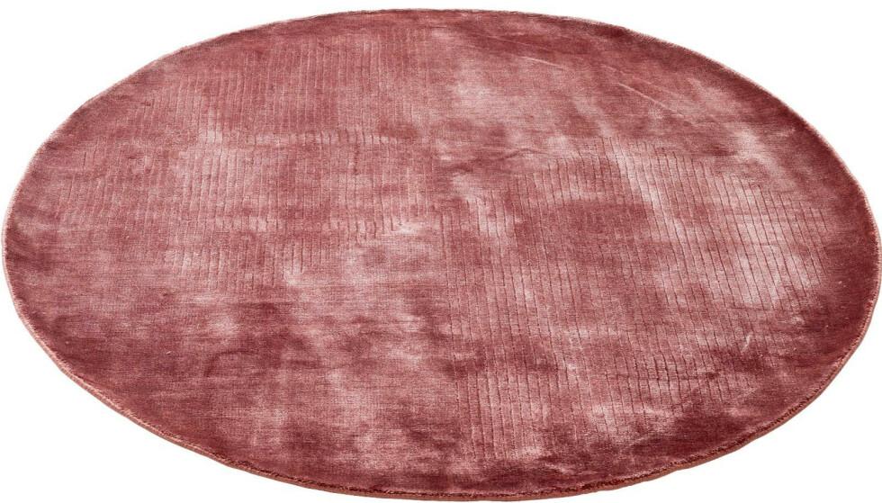 Kalde føtter vil ingen ha, men et mykt teppe på soverommet gjør oss kanskje litt tøffere (kr 4760, Bolia). FOTO: Produsenten