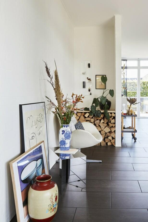 Et stilleben kan like gjerne stå på gulvet, slik det gjør her. Vasene er loppisfunn, og bordet   er fra Hay. FOTO: Anitta Behrendt