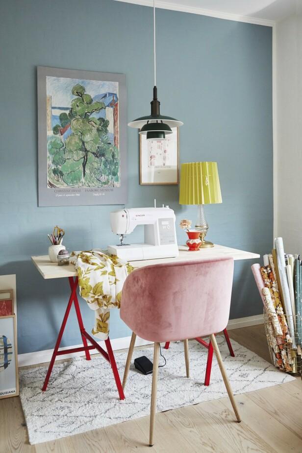 Sussie elsker å sy, og hun har sydd de aller fleste putene i hjemmet. Stolen er på Søstrene Grene, teppet fra Ellos og taklampen fra Louis Poulsen. Bildet er kjøpt på loppis. FOTO: Anitta Behrendt