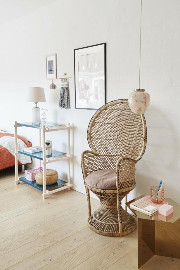 På datteren Annes rom er det duse pasteller og miksen av gammelt og nytt som setter tonen. Hyllen og bordet (som familien har flere steder i huset) er fra Hay, mens den store flettestolen og taklampen er kjøpt brukt. FOTO: Anitta Behrendt