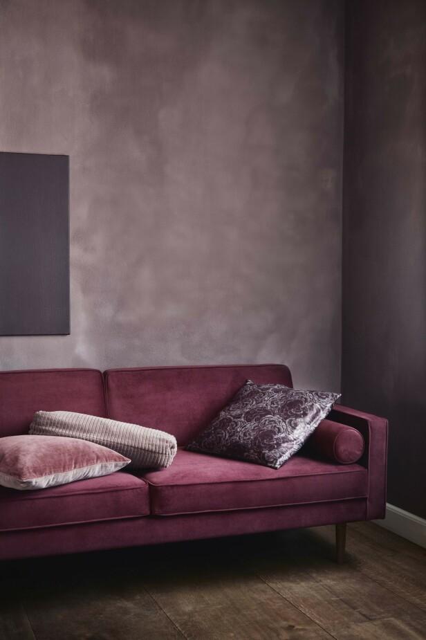 Flere av høstens møbelnyheter har fått kledelig rødme – som her fra Broste Copenhagen. Det stramme interiøret i svart og hvitt som mange av oss har, blir enkelt   varmet opp av feminine rødtoner og framstår da raskt mer elegante! FOTO: Produsenten