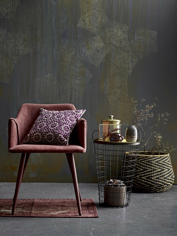 Herlige, brente rødtoner som deilig kontrast til mørke gulv og vegger. Spisestolen i varmrosa er fra Bloomingville og koster kr 1900. FOTO: Produsenten
