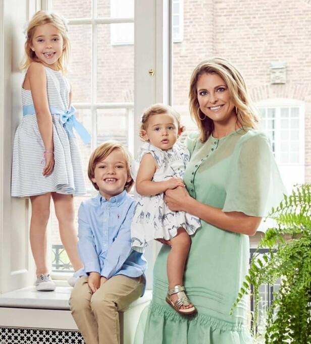 <strong>STOLT MOR:</strong> Dette bildet av prinsesse Madeleine og barna Leonore, Nicolas og Adrienne ble tatt høsten 2019 - og den svenske fotografen Emily Dahl fikk oppdraget om å ta de søte familiefotografiene. FOTO: Kungahuset / Emily Dahl