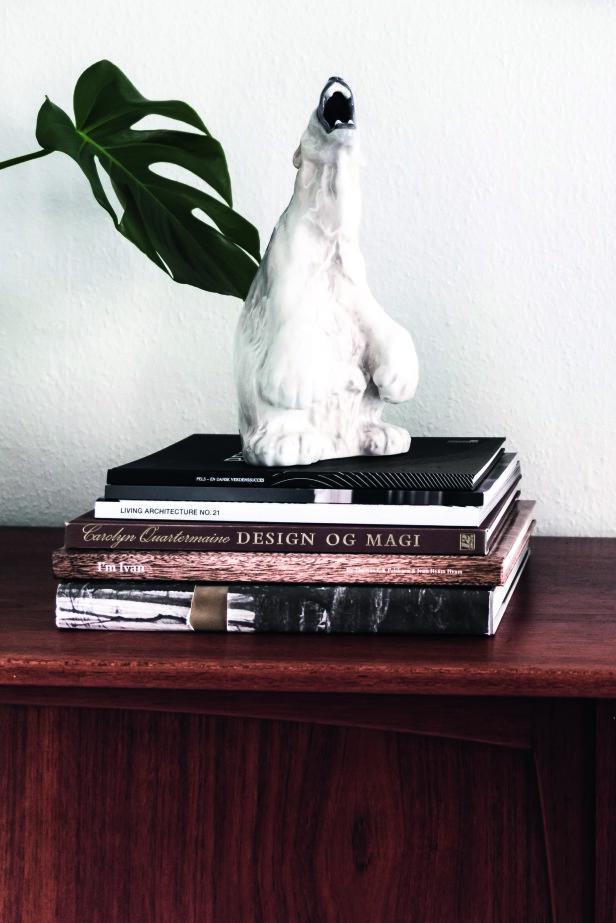 Den brølende isbjørnen fra Royal Copenhagen er en av de små overraskelsene i leiligheten. Den bor oppå en stabel med vakre bøker. FOTO: Benjamin Lee Rønning Lassen