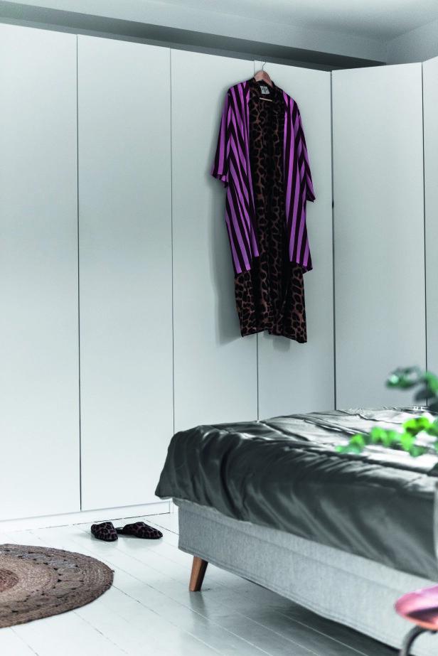 På skapet på soverommet liver en av Camilla Rigmors favorittkimonoer opp med mønster og striper. FOTO: Benjamin Lee Rønning Lassen