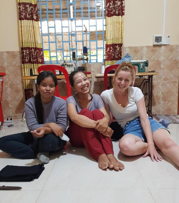 <strong>I KAMBODSJA:</strong> Med hjelp fra menigheten hjemme i Norge, kunne Rebekka lære disse jentene å sy på maskin. Foto: Privat
