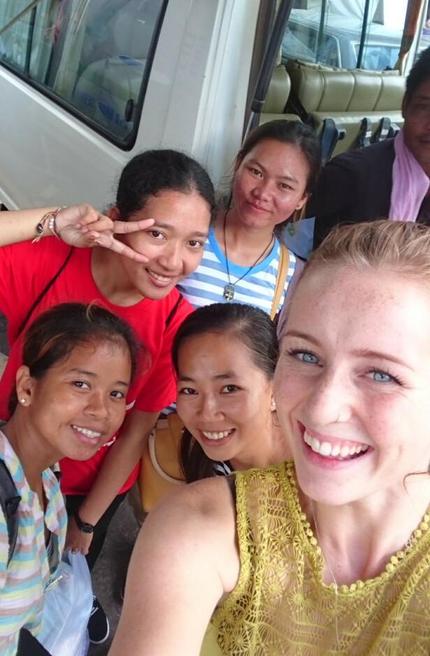 <strong>BLE BEDRIFT:</strong> Nå selger Rebekka (i front) klærne jentene i Kambodsja syr via en nettbutikk. Foto: Privat